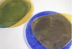 Platos circulares e irregulares en colores amarillo y azul