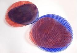 Platos circulares e irregulares en colores rojo y azul