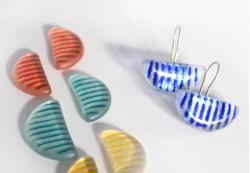 Pendientes en color azul, rojo, aguamarina y amarillo