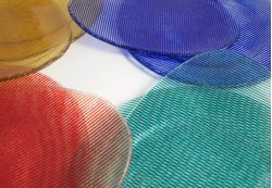 Platos irregulares y circulares en colores amarillo, azul, rojo y aguamarina