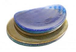 Platos irregulares y circulares en colores amarillo, aguamarina y azul