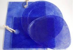 Platos irregulares y circulares y tablas de corte en color azul